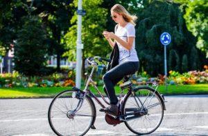 Telefoonverzekering fietser met telefoon